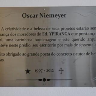 Erinnerungstafel für Oscar Niemeyer in unserem Hauseingang