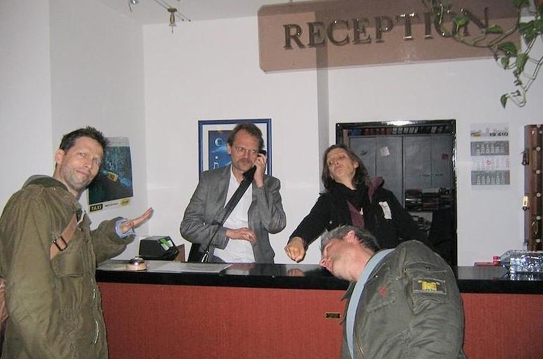 Die Zimmermänner übernehmen die Hotel-Reception und checken ein.