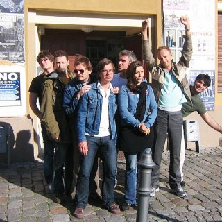 """Die Zimmermänner vor dem """"Star Club"""" in Dresden."""