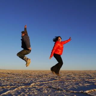 Cristina und Kelly in der Salzwüste von Uyuni/Bolivien.