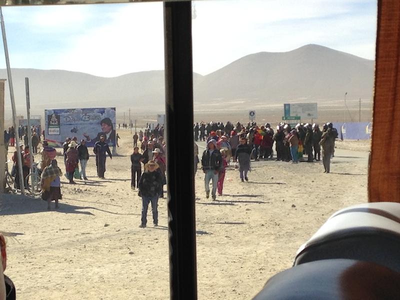Aufruhr am Ortsausgang von Uyuni.