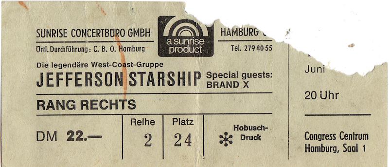 """1969 spielte Jefferson Airplane in der Hamburger Musikhalle. Augenzeugen berichten von einem magischen, psychedelischen Erlebnis. Eine Benchmark in Sachen Sound, Licht und Bühnenshow. Neun Jahre später spielte die Nachfolgeband Jefferson Starship einige Konzerte in Europa. Jefferson Starship waren mittlerweile satt, reich, Superstars. Erste Deutschlandshow: Lorely vor 10.000 Zuschauern. Dort kam es zum Eklat: wenige Minuten vor """"stagetime"""" sagten sie ihre Show ab. Der Star der Band, die Sängerin Grace Slick, hatte Magenprobleme. Ob Lebensmittel- oder Alkoholvergiftung ist bis heute nicht bekannt. Die konsequente Antwort des Publikums: fast das gesamte Equipment wurde zertrümmert, geklaut oder in Brand gesteckt. Wenige Tage später waren Jefferson Starship erneut in Hamburg angekündigt. Offiziell als Wiedergutmachungskonzert. Die Band lieh sich Instrumente, Verstärker, PA von örtlichen Bands. Nach dem zähen Vorprogramm (Brand X) betraten die Woodstock-Helden die Bühne. Doch Woodstock war gestern. Die Band war konfus. Grace Slick war volltrunken. Immer wieder torkelte sie von der Bühne, ging in das Publikum, setzte sich auf den Schoß von Besuchern in der ersten Reihe, beschimpfte sie als Nazis, während sich die restlichen Musiker redlich mühten, gute Miene zum bösen Spiel zu machen. Nach kurzer Zeit war die erste Reihe leer. Dennoch war ich beseelt: sie spielten einige meiner Lieblingssongs. Doch dieses Konzert sollte das Ende einer Ära sein. Die Band kam in dieser Konstellation nie wieder zusammen. Grace Slick wurde nach dem Gig gefeuert. Der Rest der Band spielte im Anschluss zwei Shows in England. Einige Jahre später gab es eine neue Formation um Grace Slick namens """"Starship"""", die einige Rock-Hits landen konnte. Den damaligen Sänger der Band, Marty Balin, sah ich 2015 in einem kleinen Club in New York. Nach seinem Gig stand er einsam an der Bar. Ich sprach ihn auf das Hamburger Konzert an. Seine Miene verzog sich: """"That was the worst gig ever – don't remind me of th"""